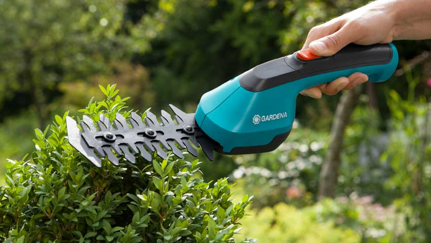 Scissors battery for grass and hedges