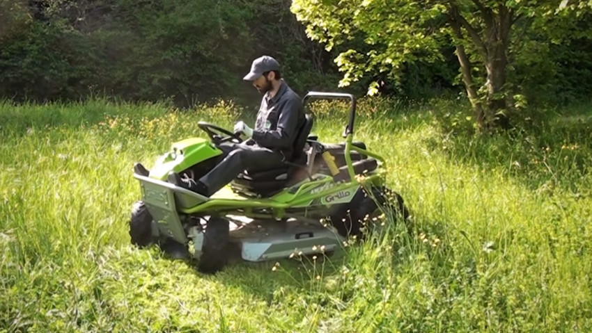 Compact size hydrostatic lawnmower