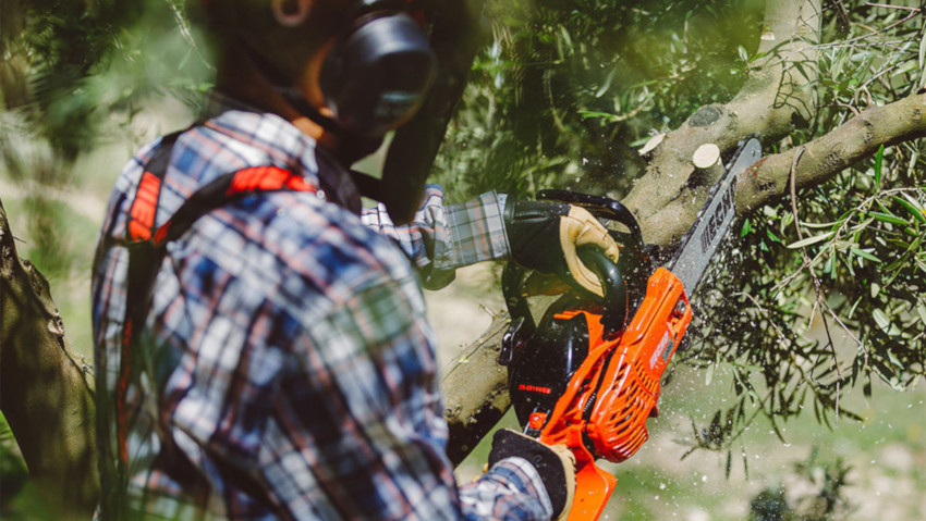 Pruning chainsaw for better maneuverability