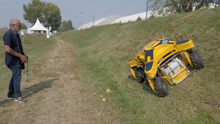 Remote-controlled lawnmower for slopes and difficult cuts Spider