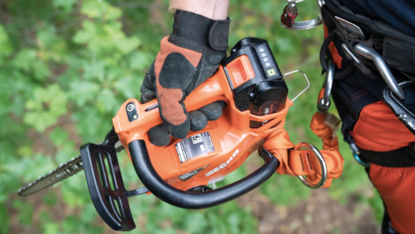 Cordless pruning chainsaw for professionals