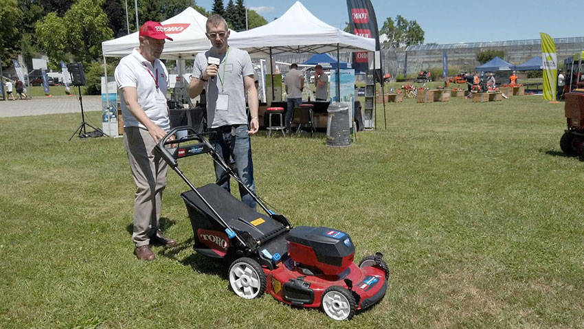 Mulching and collection battery-powered lawnmowers