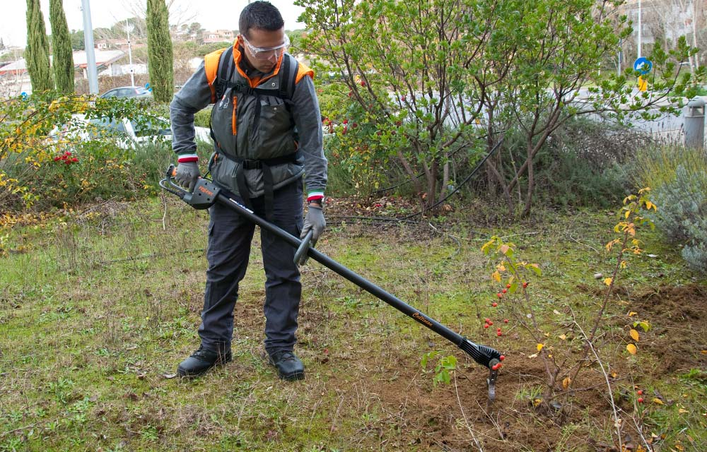 Battery-powered weeder for mechanical weeding